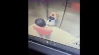 保姆带孩子进电梯不注意看护, 宝宝趴在电梯门, 到楼层门打开后小孩手指被夹住