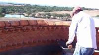 国外农民工全用砖头砌房顶, 估计20年的老建筑工才能做到