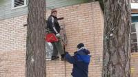 国外空调工人安装空调时的思路真是让人莫不清楚, 为什么不直接用梯子