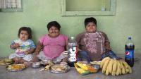 印度三熊孩子人小体重却不小, 一天要吃上百张薄饼!