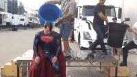 显示中超人接受冰桶挑战的时候, 被工作人员给淋成了