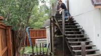 德国女孩一个人就把家里的楼梯扶手全换了, 这才是真正的女汉子
