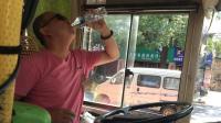 """一天工作7小时喝掉16大瓶水  没有空调的公交车, 司机热到""""要吐"""""""
