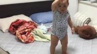 小宝宝招手让妈妈过来, 拍枕头示意妈妈陪她睡觉的小动作萌翻了!