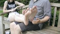 情侣座位上的男士温柔脚底按摩, 男友女友都学起来