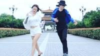 小伙子模仿迈克尔杰克逊经典舞步跟广场舞女神尬舞之2