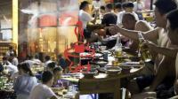 看重庆人40°C高温下照样吃火锅!