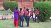 印度小学春游活动, 是不是发育期之前的女生都要欺负同龄男生?