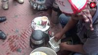 印度街头独特的流动咖啡摊, 热咖啡冰咖啡全都有, 生意特别好