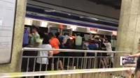 乘客卷地铁站台缝隙 众人合力救人