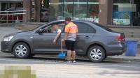 社会大哥教育北京街头乱丢垃圾的司机, 给环卫工送爱心!