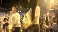 美女视频秀, 偶遇穿着紧身牛仔裤在广场上热舞的美女, 身材比例很好