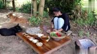 漂亮的小女孩炒了一锅贝壳, 熟了以后是这样, 还可以吃吗