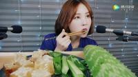 韩国漂亮女孩吃生吃芦荟和块状蜂蜜, 听起来香脆湿润, 好想尝一口1