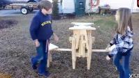 牛人用木头自制折叠桌子, 打开一看太酷了, 真是天才发明!
