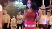 燕姐跳广场舞还带口罩防拍, 果然引领广场大妈潮流
