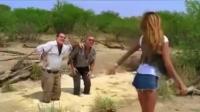 两个大叔陷入沼泽, 机智的美女脱下短裤这样做