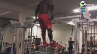 黑人男子健身房狂吃蛋白粉挑衅教练, 下场好惨