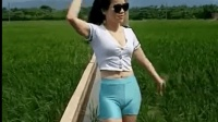 美女穿紧身裤干农活, 裤子这么紧干农活不舒服吧?