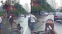 奥迪剐蹭后车 后车司机欲报警被击倒