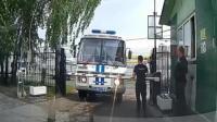 保安阻挡警车的后果很严重, 大门监控拍下的一幕