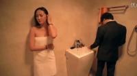 小伙给浴室洗澡的美女送沐浴露, 谁知浴室门锁上了