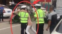 女司机驾车追尾前车, 下车对执法人员索吻这一招太厉害了, 交警还好意思开罚单吗?