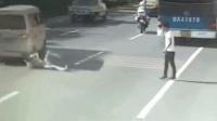 碰瓷?小伙酒后跑步摔倒 遭面包车碾压身亡