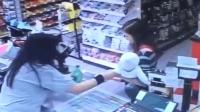 女子抱着1岁的宝宝超市结账, 收银员突感不对劲, 马上夺走宝宝!
