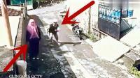 国外女子遇到打劫, 没想到反而把劫匪给劫了!