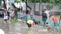 台风天鸽过后市民在大街上捉鱼笑个不停