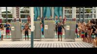 海滩游侠 菜鸟扎克·埃夫隆和道恩·强森搬轮胎抬冰箱比肌肉