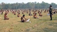 印度如何防止考试作弊? 直接脱光衣服露天考!