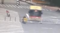 公交车突然漂移 女子为躲避遭货车碾压