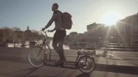 这究竟是自行车还是跑步机? 刚上路就引得众人围观!