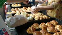 八市新开的面包店, 生意好到天天要排队, 最便宜的2元一个