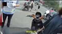 女子骑电动车上机动车道被抓正着, 女子还骂咬交警