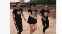 三人广场舞, 女子站在中间跳, 舞步依旧靓丽