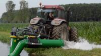 美国农民浇地, 用的是拖拉机动力的移动浇地机, 难怪他们的收割机那么牛