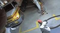 加油站员工爬到油罐车上查看, 一个动作让老板损失惨重