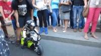 2岁的摩托车赛车手, 引起路人围观