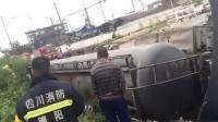 30吨浓硫酸槽罐车侧翻泄漏 浓硫酸腐蚀路面冒气泡