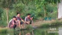 三位小伙在鸟语林边找到好钓点, 只想听鸟鸣无心钓鱼了