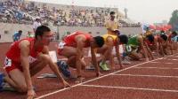 大学生竟把110米跨栏当做撞栏比赛, 一路领先却抢别人跑道太逗了啊
