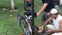 老外自制的锯木机, 看看是怎样切割木材的