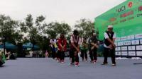 邢台自行车比赛出发点的老年街舞表演