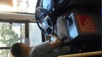公交车司机开车玩手机, 对生命一点都不重视, 六合彩害人?