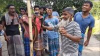 印度大叔第一次杀黄鳝, 方法很奇葩, 引来大批村民围观
