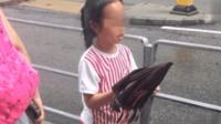 开学了, 赵薇带着女儿上学, 小四月快到小腿上的头发抢风头了
