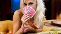 美女们玩扑克,输一次脱一件